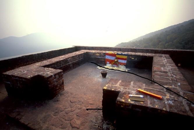 ブッダが法華経を説いたと伝えられる霊鷲山山頂の小さな庵